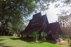 Vecchio stile di legno di Lanna della costruzione a Chiangrai Tailandia fotografie stock libere da diritti