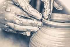 Vecchio stile di vinage Mani nella macro dell'argilla Immagine Stock