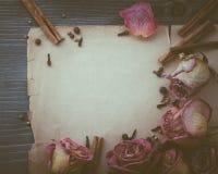 Vecchio strato delle note su un bordo di legno Fotografia Stock