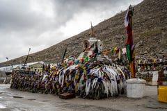 Vecchio Stupa di più alta strada motorable di Chang La Pass secondo nel mondo immagine stock libera da diritti