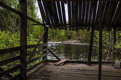 Vecchio supporto conico di legno sulla riva del lago Immagine Stock Libera da Diritti