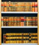 Vecchio supporto di libri d'annata russo del XIX secolo in una fila sullo scaffale I Immagine Stock Libera da Diritti