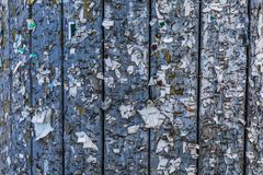 Vecchio tabellone per le affissioni urbano con l'orizzontale sbucciato lacerato dell'estratto del manifesto Immagini Stock