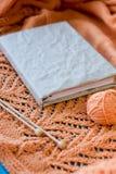 Vecchio taccuino per le annotazioni, palla di filato e ferri da maglia Fotografie Stock
