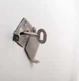 Vecchio tasto in buco della serratura Fotografie Stock
