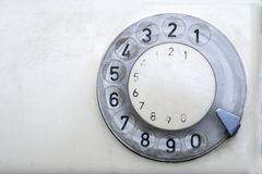 Vecchio telefono con il disco della manopola Fotografia Stock