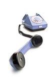 Vecchio telefono con il microtelefono sollevato immagini stock