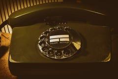 Vecchio telefono con un quadrante rotatorio Immagini Stock