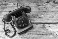 Vecchio telefono su fondo di legno Fotografie Stock