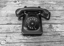 Vecchio telefono su fondo di legno Fotografia Stock