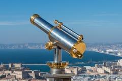 Vecchio telescopio facente un giro turistico dorato a Marsiglia, Francia Immagine Stock