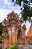 Vecchio tempio del mattone vicino con le torri del kan fotografie stock libere da diritti