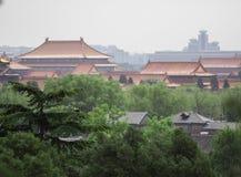Vecchio tempio di buddismo con gli alberi verdi su priorità alta Torri asiatiche rosse della pagoda Tempie antiche dell'asiatico  Immagini Stock