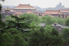 Vecchio tempio di buddismo con gli alberi verdi su priorità alta Torri asiatiche rosse della pagoda Tempie antiche dell'asiatico  Immagine Stock