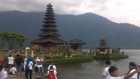 Vecchio tempio di Ulun Danu nel lago Beratan, Bali video d archivio