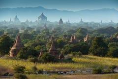 Vecchio tempo di alba del campo della pagoda a Bagan Immagini Stock