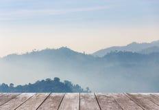 Vecchio terrazzo di legno del balcone sull'alta montagna di strato della foresta pluviale di punto di vista con nebbia bianca nel Immagine Stock Libera da Diritti