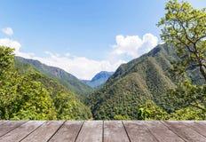 Vecchio terrazzo di legno del balcone sull'alta montagna di strato di punto di vista della foresta pluviale Fotografia Stock
