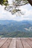 Vecchio terrazzo di legno del balcone sull'alta montagna di strato di punto di vista della foresta pluviale Fotografie Stock Libere da Diritti