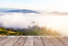 Vecchio terrazzo di legno del balcone sull'alta montagna tropicale della foresta pluviale di punto di vista con nebbia bianca nel Immagine Stock