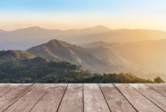 Vecchio terrazzo di legno del balcone sull'alta montagna tropicale della foresta pluviale di punto di vista di mattina Fotografie Stock
