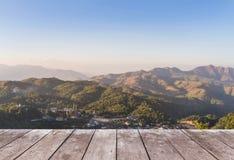 Vecchio terrazzo di legno del balcone sull'alta montagna tropicale della foresta pluviale di punto di vista di mattina Fotografia Stock Libera da Diritti