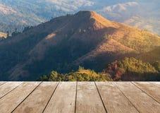 Vecchio terrazzo di legno del balcone sull'alta montagna tropicale della foresta pluviale di punto di vista di mattina Immagini Stock