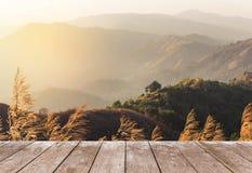 Vecchio terrazzo di legno del balcone sull'alta montagna tropicale della foresta pluviale di punto di vista di mattina Immagine Stock Libera da Diritti