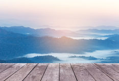 Vecchio terrazzo di legno vuoto del balcone sull'alta montagna di strato della foresta pluviale di punto di vista con nebbia bian Immagini Stock Libere da Diritti