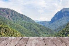 Vecchio terrazzo di legno vuoto del balcone sull'alta montagna tropicale di punto di vista della foresta pluviale Fotografia Stock Libera da Diritti