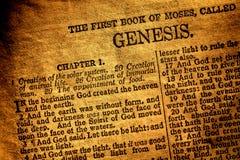 Vecchio testo antico di capitolo di genesi del libro della bibbia santa Immagini Stock