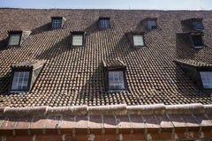 Vecchio tetto con le piccole finestre Immagini Stock