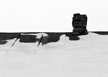 Vecchio tetto della casa in neve In in bianco e nero fotografie stock libere da diritti