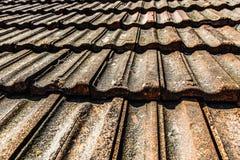 Vecchio tetto delle mattonelle arancio Fotografie Stock