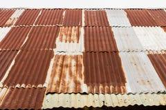 Vecchio tetto dello zinco con ruggine fotografia stock
