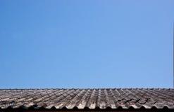 Vecchio tetto di mattonelle su cielo blu senza le nuvole immagini stock libere da diritti