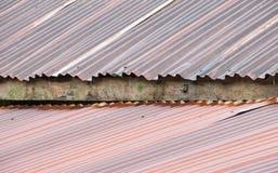 Vecchio tetto galvanizzato arrugginito durante la pioggia Fotografie Stock Libere da Diritti