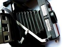 Vecchio tipo istantaneo macchina fotografica dei soffietti vicino su fotografie stock libere da diritti