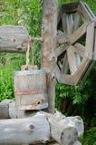 Vecchio tiraggio bene con il secchio di legno fotografia stock