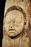 Vecchio, totem palo esposto all'aria del Tlingit con viso umano fotografia stock libera da diritti