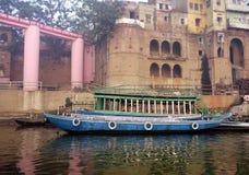 Vecchio traghetto blu Varanasi Fotografie Stock Libere da Diritti