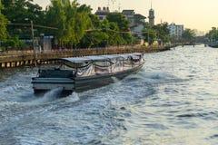 Vecchio traghetto di legno che passa un canale fotografia stock libera da diritti