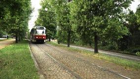 Vecchio tram che passa vicino stock footage