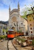 Vecchio tram davanti alla cattedrale di Soller, Mallorca, Spagna fotografie stock libere da diritti