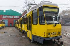 Vecchio tram giallo in depo Almaty, il Kazakistan Fotografia Stock