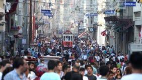 Vecchio tram rosso sulla via di Istiklal fotografie stock