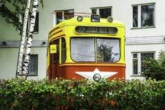 vecchio tram sovietico mid-20th messo come monumento fotografie stock