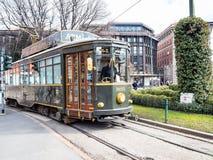 Vecchio tram sulla piazza quadrata Castello nella città di Milano fotografia stock libera da diritti
