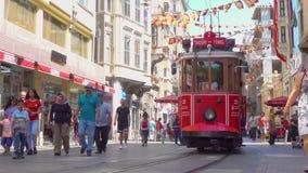Vecchio tram in via di Istiklal in Istanbu archivi video