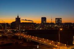 Vecchio tramonto della città di Vilnius, Lituania fotografia stock